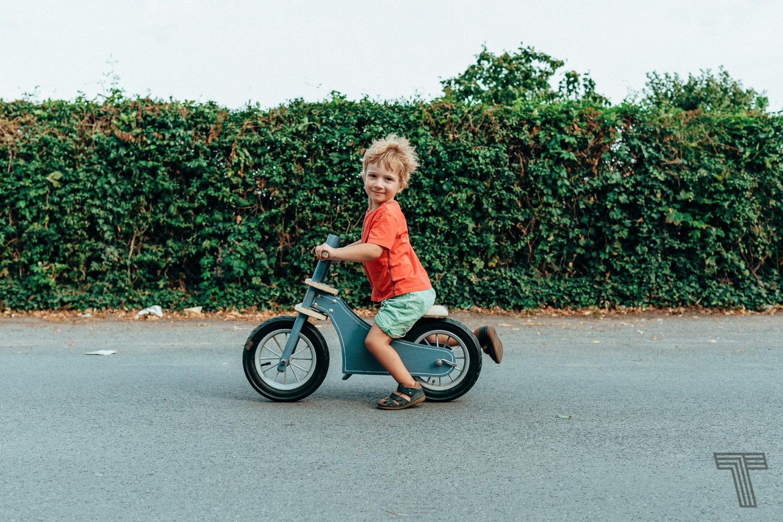 Ein kleiner junge auf Laufrad / A ittle boy on strider bike
